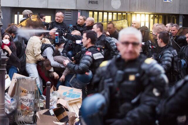 Во время операции по разгону мигрантов полиция применила слезоточивый газ, Париж, 4 мая 2016 года