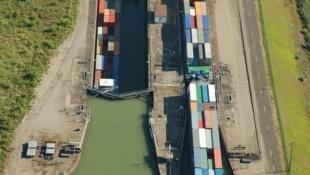 Une barge de 250 camions