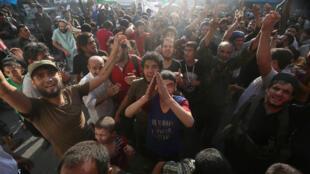 Civis e rebeldes islamitas em festa após vitória contra forças sírias, a 6 de agosto de 2016, em Alepo.