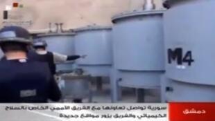 Truyền hình Syria chiếu cảnh các chuyên gia OIAC đang làm việc, ngày 18/10/2013