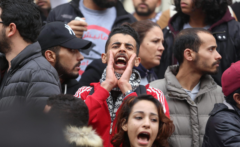 Un étudiant crie sa colère lors de manifestations contre l'augmentation du coût de la vie quotidienne, à Tunis, le 9 janvier 2018.