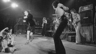 AC/DC en plein effort en 1977, à Canvey Island (Grande-Bretagne). De gauche à droite: Angus Young, Malcolm Young, Bon Scott et Mark Evans.