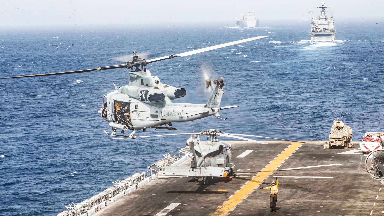 """یازدهمین واحد حمل و نقل نیروی دریایی آمریکا در حال پرواز از از عرشه کشتی """"USS Boxer"""" در تنگه هرمز. پنجشنبه ٢٧ تیر/ ١٨ ژوئیه ٢٠۱٩"""