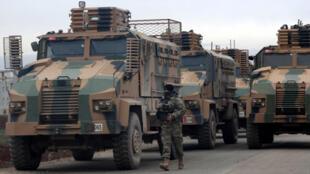 Wasu  tankokin yakin Turkiya a gaf da shiga lardin Idlib dake arewacin Syria.