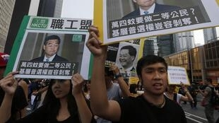 Người biểu tình Hồng Kông giương ảnh lãnh đạo hành pháp Lương Chấn Anh, đòi ông từ chức, 22/10/2014
