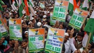 圖為反新公民法的示威者,12月27日在加爾各答抗議示威的情景。