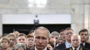 O presidente russo, Vladimir Putin, nesta quinta-feira (22) diante do caixão do embaixador Andrei Karlov, assassinado na Turquia na segunda-feira (19).