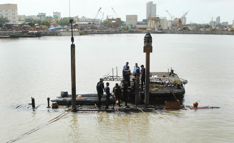 Ê kíp cứu nạn đang chuẩn bị tìm kiếm những thủy thủ bị mất tích trong chiếc tàu ngầm INS Sindhurakshak, Mumbai, 14/08/2013.