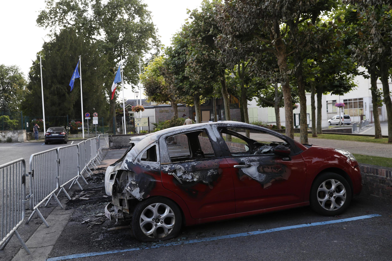 Une voiture brûlée devant la mairie de Beaumont-sur-Oise après les violences survenues durant deux nuits, suite au décès d'Adama Traoré, en 2016.