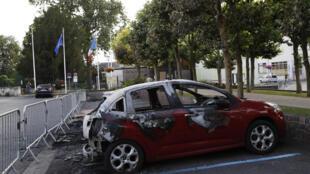 Une voiture brûlée devant la mairie de Beaumont-sur-Oise après les violences survenues durant deux nuits, suite au décès d'Adama Traoré.