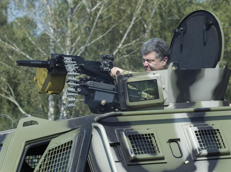 Президент Украины Пётр Порошенко осматривает войска в субботу 26 июля под Киевом