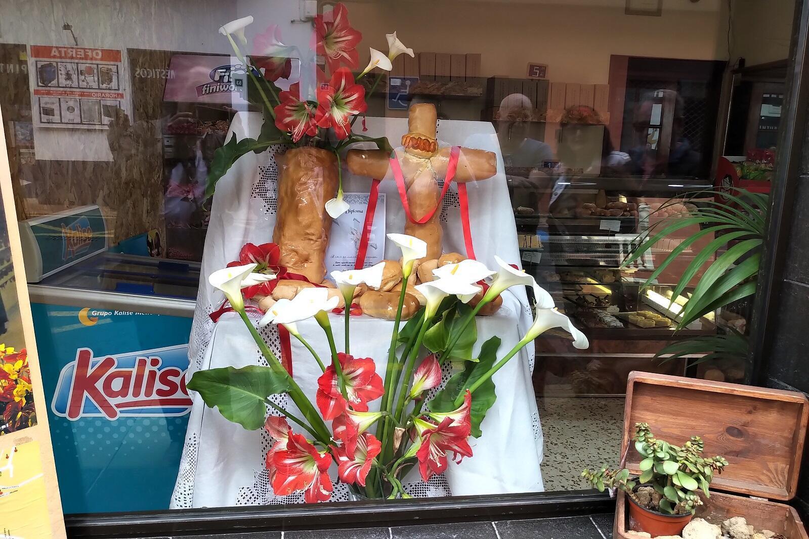 Incluso los comercios exhiben cruces, como la de este panadero de Los Realejos.