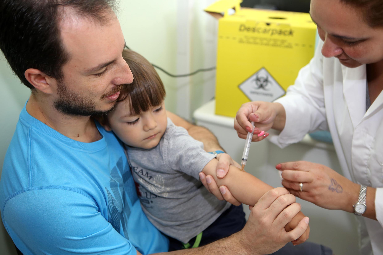 Campanha de vacinação contra a poliomielite e o sarampo.