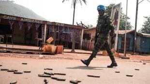 Un Casque bleu de la Minusca patrouille dans le quartier PK12 de Bangui où ont eu lieu des combats avec des membres de la CPC, le 13 janvier.
