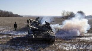 Unités blindées indépendantistes sur la route entre Vouglegirsk et Debaltseve dans l'est de l'Ukraine.