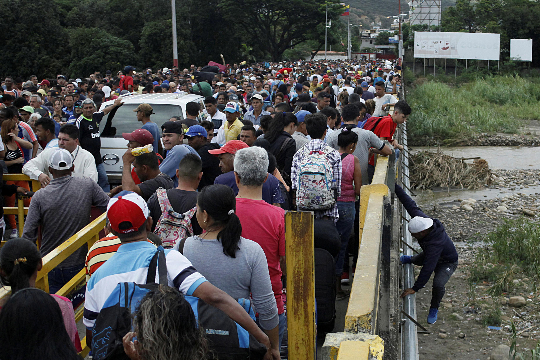 Les gens font la queue pour tenter de traverser la frontière entre le Venezuela et la Colombie par le pont international Simón-Bolivar à San Antonio del Tachira, au Venezuela, le 3 août 2018.