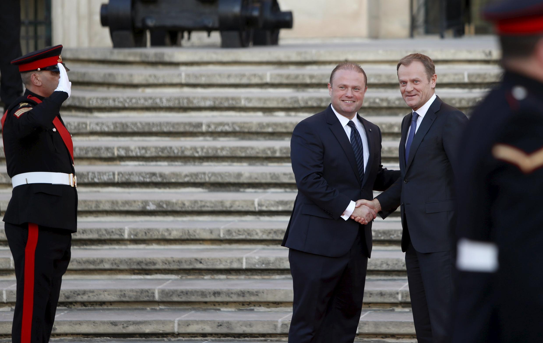O presidente do Conselho Europeu, Donald Tusk, (0 esq.) é recebido pelo premiê de Malta, Joseph Muscat, em La Valette, em 10/11/15.
