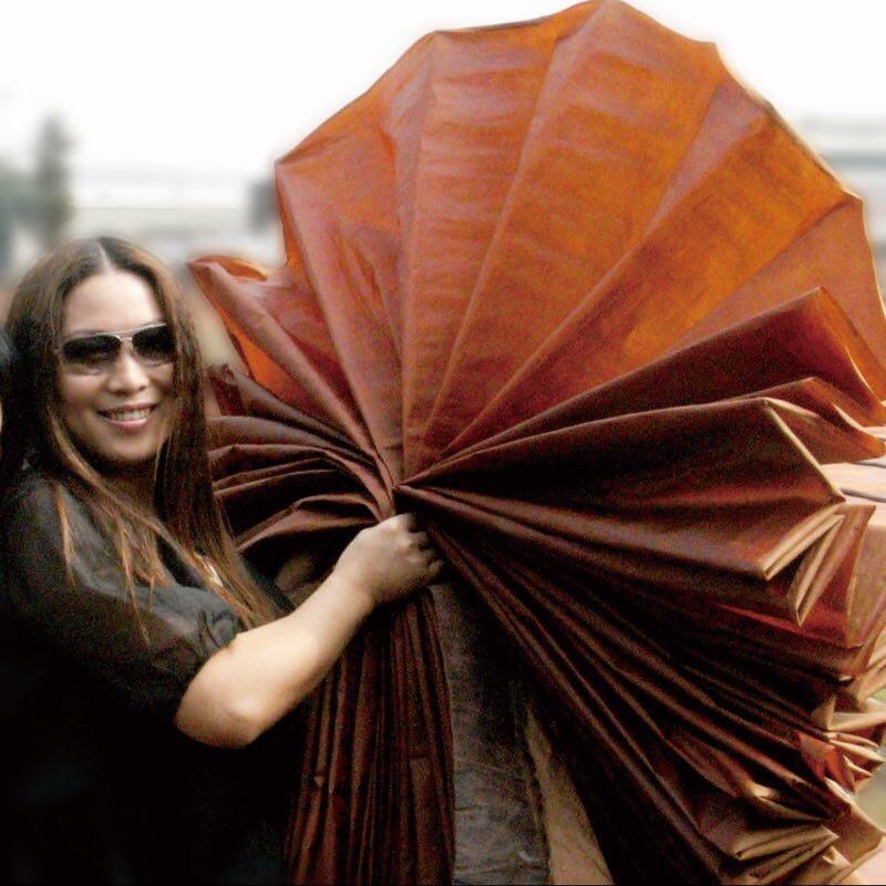 女士裝設計師梁子善用保護環境的莨綢進行時裝設計