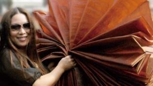女士装设计师梁子善用保护环境的莨绸进行时装设计