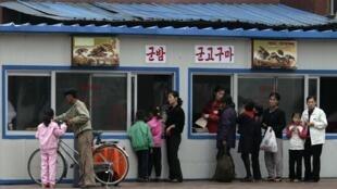 Bắc Triều Tiên kinh tế khó khăn : cảnh mua thực phẩm ở Binh Nhưỡng, ngày 11/10/2010