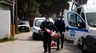 Des policiers à l'entrée du camp de Ritsona après la découverte d'une vingtaine de cas de coronavirus, jeudi 2 avril.