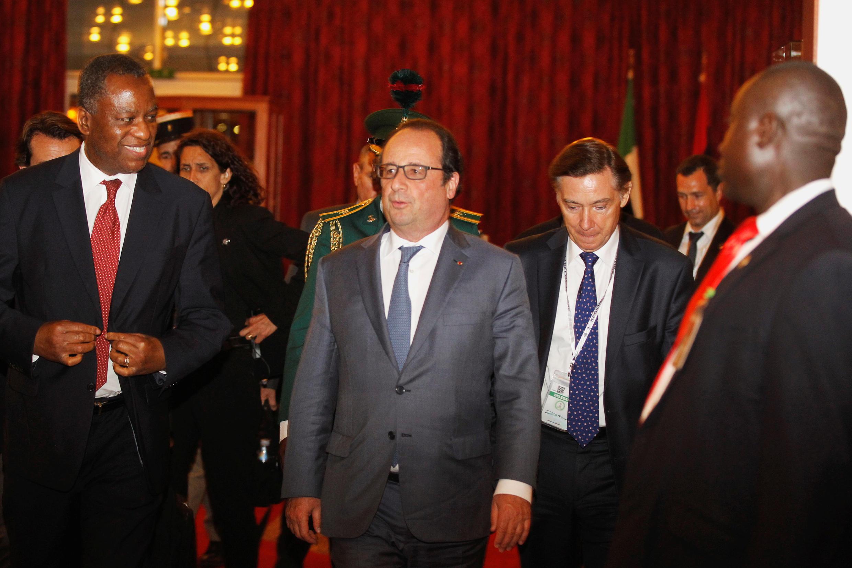 François Hollande recebido em Abuja pelo ministro nigeriano dos negócios estrangeiros, Geoffrey Onyeama, por ocasião da cimeira de Abuja sobre segurança
