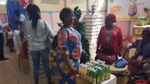 Sur le stand des transformateurs d'ananas du Bénin, lors du Salon international de l'artisanat de Ouagadougou 2018.