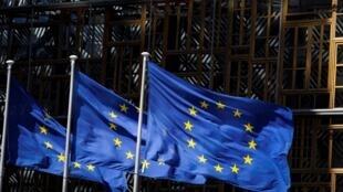 Le drapeau européen flotte à l'entrée du Parlement européen à Bruxelles.