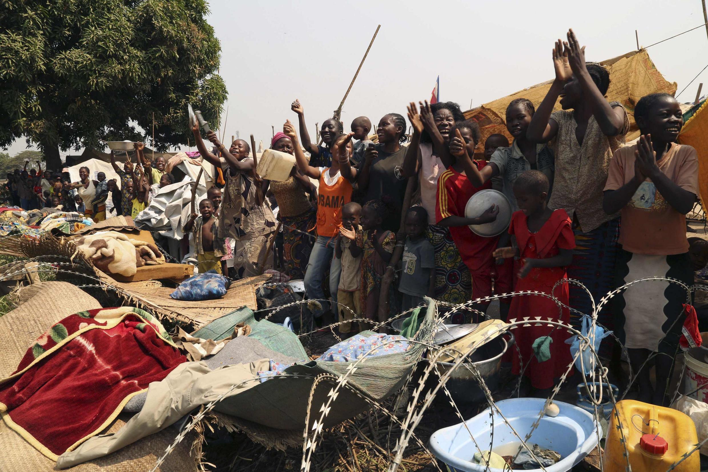 Người dân thủ đô Bangui reo hò vui mừng sau khi Tổng thống Trung Phi từ chức - REUTERS /Emmanuel Braun
