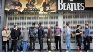 Hàng người tại Luân Đôn chờ mua các albums của ban nhạc Beatles.