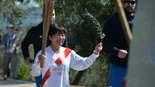 Mizuki Noguchi médaillée d'or au marathon à Athènes en 2004, porte la flamme olympique lors de la cérémonie d'allumage sur l'Olympie, en Grèce. Le 12 mars 2020. èce