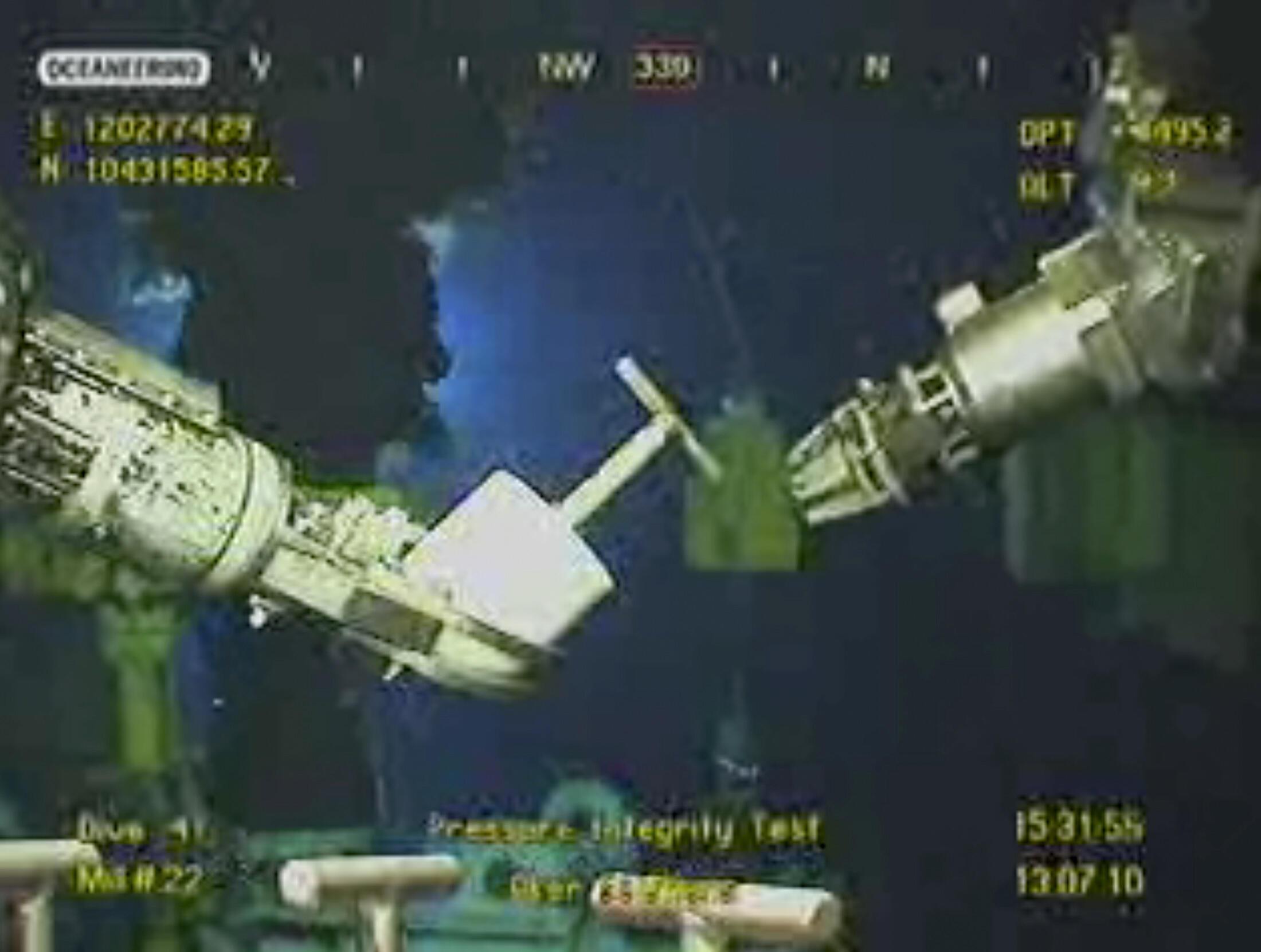 Robôs realizam testes para tentar conter vazamento de óleo