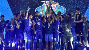 Os jogadores do FC Porto festejam a conquista da Supertaça Cândido de Oliveira, a 4 de Agosto de 2018.
