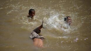 Les enfants se baignaient sur l'autre rive lorsqu'une roquette a dévié de sa trajectoire pour s'abattre sur eux.