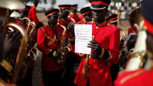 Músicos de una orquesta ensayan para la ceremonia de la independencia del Sudán del Sur del 9 de julio de 2011.