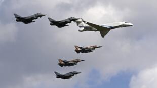 """Eurofighters de la Fuerza Aérea Alemana, un """"Learjet"""" y F16 de la Fuerza Aérea Israelí, no lejos de Múnich, 18 de agosto de 2020."""