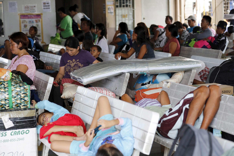 Milhares de filipinos passaram o dia refugiados esperando a passagem do tufão Melor.