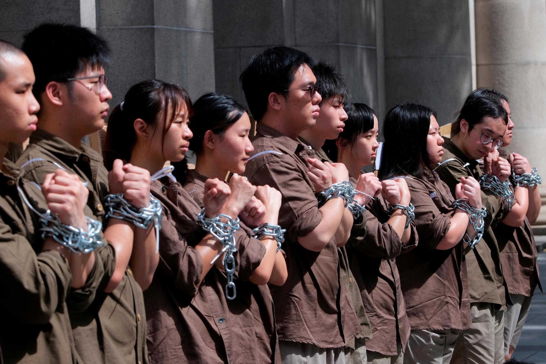 2019年6月8日,香港一些青年学生街头集会,自戴锁链,抗议港府推动修定的《逃犯条例》为向中国内地引渡逃犯打开大门。