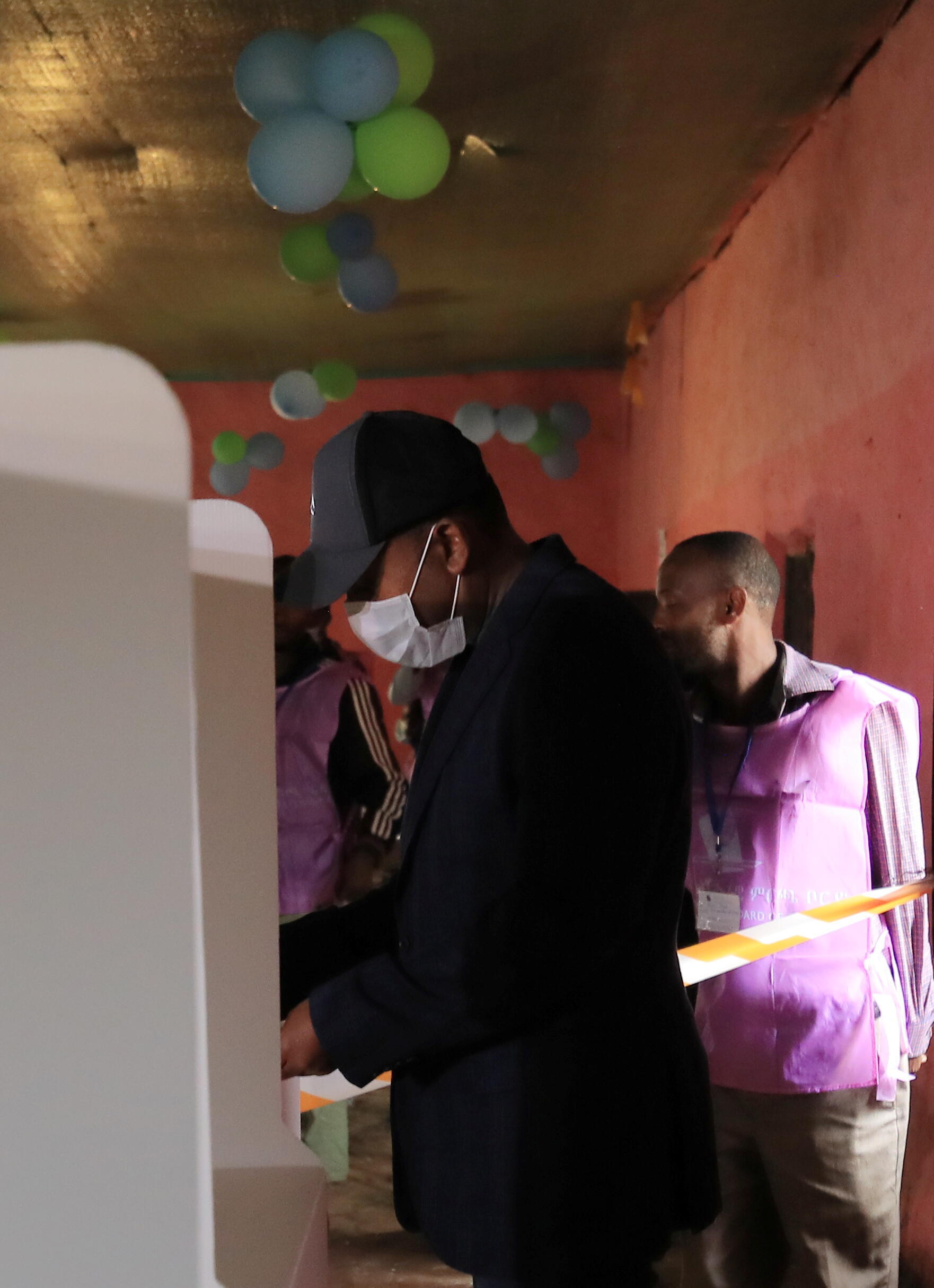 firaministan Habasha Abiy Ahmed yayin da yake kada kuria'a a zaben 'yan majalisar dokokin kasar.