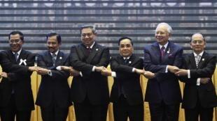 Lãnh đạo các nước ASEAN tại buổi khai mạc Hội nghị Thượng đỉnh Phnom Penh ngày 18/11/ 2012.