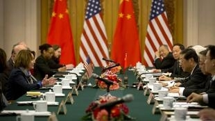 Đoàn nghị sĩ Dân chủ Mỹ và bà Nancy Pelosi (T) lúc gặp phó chủ tịch Quốc hội Trung Quốc Giang Bình, tại Bắc Kinh, ngày 12/11/2015.