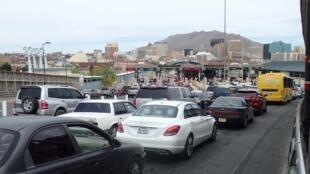 Arrivée à la douane américaine sur le pont international «Paso del Norte», vue sur El Paso.