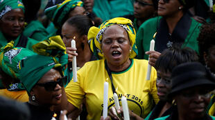 Wasu mata magoya bayan kungiyar ANC a lokacin adduo'i zuwa Winnie Mandela