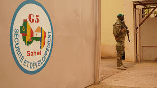 A Malian soldier guards the entrance to the G5 summit in Ougadougou in August 2018.