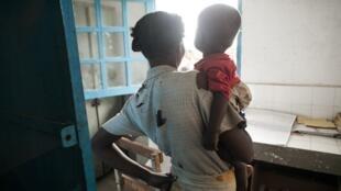 Cette mère et son fils attendent des médicaments au village de Imongy, une ville du sud de Madagascar
