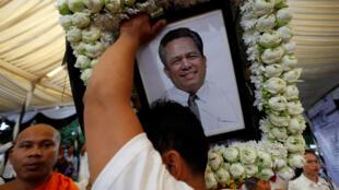 Le portrait de Kem Ley lors d'une procession funéraire en son honeur, à Phnom Penh, le 10 juillet.