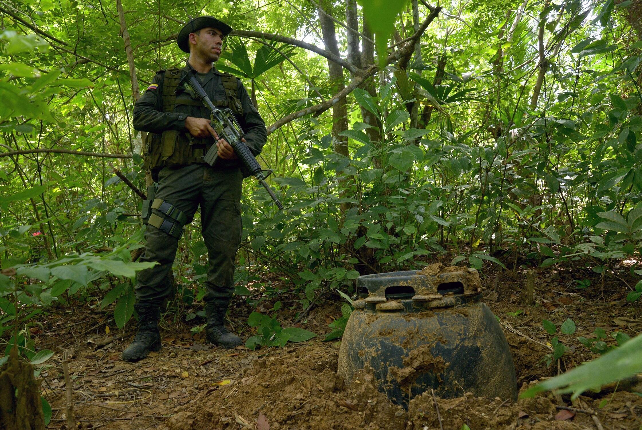 Soldat surveillant une plantation de coca dans le Choco en Colombie.