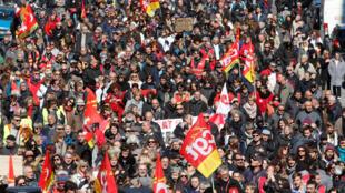 Des manifestants défilent à Marseille lors de cette journée de mobilisation, le 22 mars.