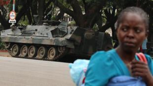 Un vehículo militar frente al Parlamento de Harare, capital de Zimbabue, el 16 de noviembre de 2017.