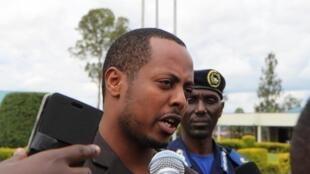 Kizito Mihigo akiongea mbele ya vyombo vya habari mjini Kigali Aprili 15 mwaka 2014, baada ya tangazo la kukamatwa kwake.